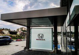 zabudowa wejścia z dibondu Honda
